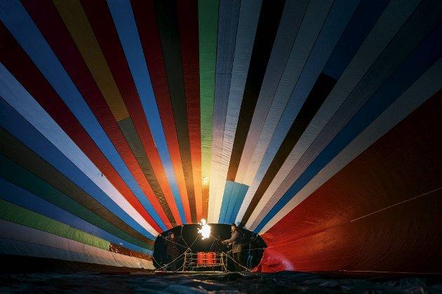 Tusen kvadratmeter med stoff gikk med for å sy sammen varmluftsballongen. Stoffet måtte kjøpes i små kvanta for ikke å vekke mistanke.