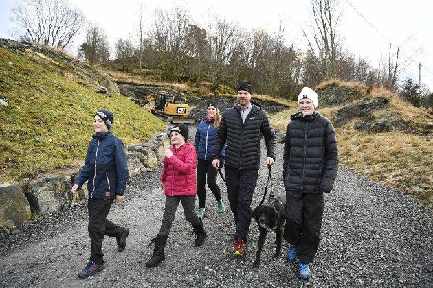 Joacim, Maylene, Jeaneth, Daniel og Christoffer brente bort julematkalorier på tur på Smøråsfjellet. - Vi bor i området og er ofte på tur i dette området, forteller Daniel.