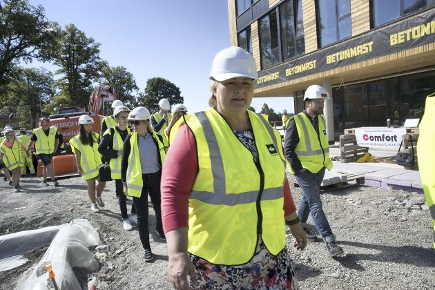 Statsminister Erna Solberg var forleden med Arbeidstilsynet, Nav, politiet og Skatteetaten på storkontroll ved en byggeplass i Tønsberg. Det trengs økte ressurser og flere medarbeidere for å gjennomføre flere og bedre kontroller.