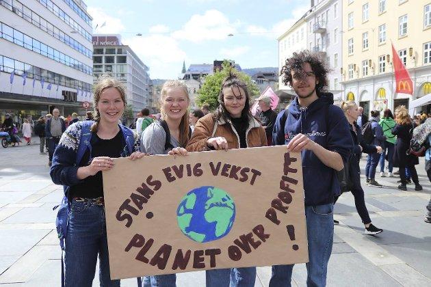 Ingvild Martinsen (18), Ingrid Nielsen (17), Tilde Shebogen (17) og Jonas Meurer Lunde (16). – Vi er medlem av Natur og Ungdom og vi er her for å få politikerne til å høre! Vi vil vise dem at vi bryr oss.