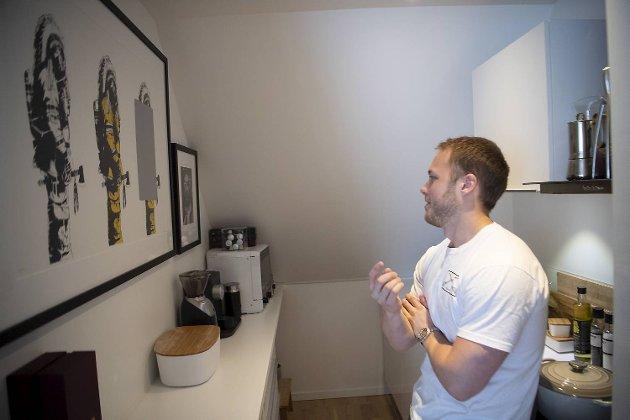 Beskrivelse:Økonomistudenten Ulrik og samboeren innreder med kunst i leiligheten de leier i sentrum.