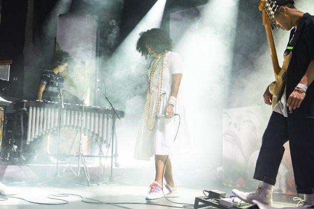Neneh Cherry, toppnavnet under årets Nattjazz, i aksjon inne i Røkeriet USF onsdag kveld.