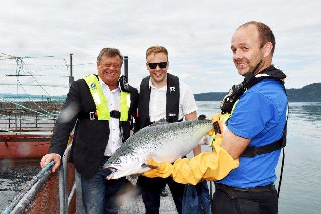 Fiskeridirektoratet sa først nei, men så grep fiskeriminister Harald Tom Nesvik (t.v) inn og sørget for at daglig leder i Eide Fjordbruk, Sondre Eide (i midten), får bygge visningsanlegg for oppdretsnæringen. I mai var ministeren på besøk hos Eide. Til høyre står driftsleder Trygve Samnøy.