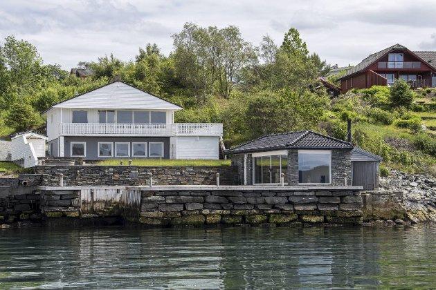 Bygningen ved sjøen skulle etter den godkjente reguleringsplanen fra 2006 vært et naust. FOTO: EIRIK HAGESÆTER