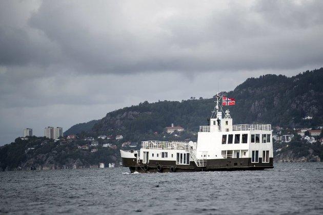 Denne fergen, som vanligvis ligger fortøyd ved en privat kai og tjener som bolig, er et godt bevis på at strandsonepolitikken i Bergen med fordel kan nyanseres. Så lenge kaien er privat, bidrar ikke fergen til «privatisering av strandsonen».