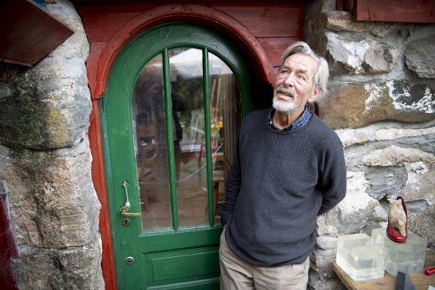 Olav Herman Hansens hjem er satt sammen av mye gratismaterialer. Dørene og vinduene er fra den katolske kirke.