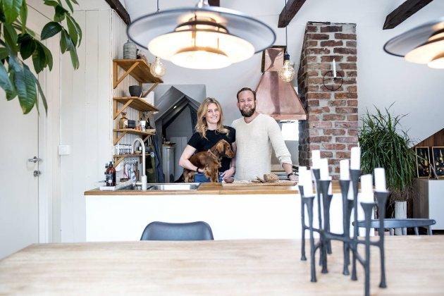 Selve kjøkkenet i Lise og Alexander Fabians leilighet er ikke så stort. Det smarte spisskammerset innenfor rommer imidlertid både vaskemaskin, kjøleskap og vaskekum.