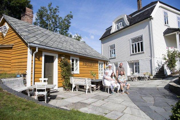 Eiendommen på Ask har vært brukt som feriebolig for rikfolk. På bildet Mariann Kvarme, som er baker, mannen Ivar Magnussen og barna Andreas (20), Marta (17) og Maria (12).