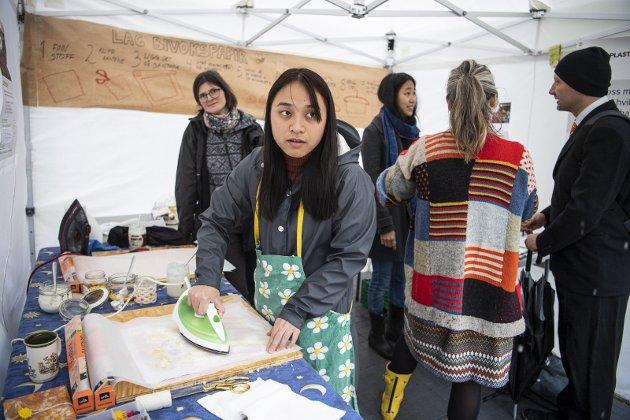 Nina Tran (27) besøkte Naturvernforbundets telt og fikk lage sitt eget bivokspapir. Jeanette Tennebekk i bakgrunnen.