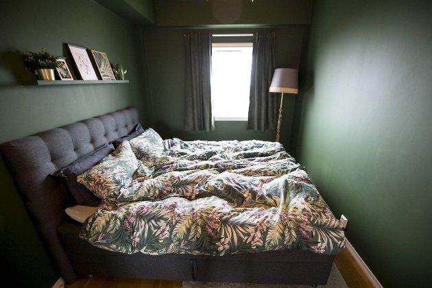 Da valget falt på grønt til soverommet, vurderte Lillian å bytte ut de gamle gardinene. – Men så fant jeg ut at de faktisk passet perfekt.