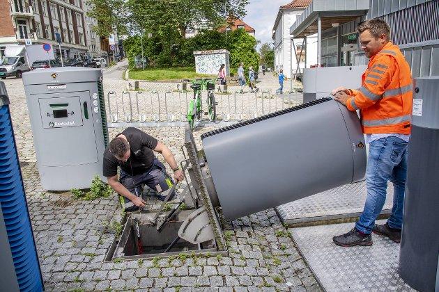 Arild Ekerold-Fredriksen, servicetekniker hos Envac som er driftsselskapet for bossuget, hjelper Lars Petter Jørgensen i Bir med å åpne inngangen til det underjordiske.