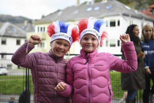 Helene Didriksen (8) og Lotte Bøe (8) skal mane heltinnene til seier over England!