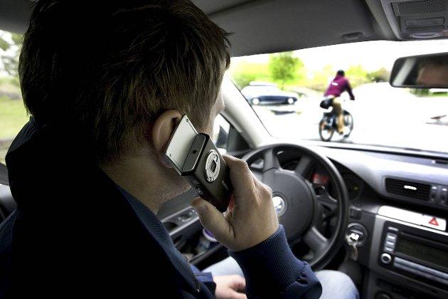 Fortsatt kjører folk med mobilen i hånden!