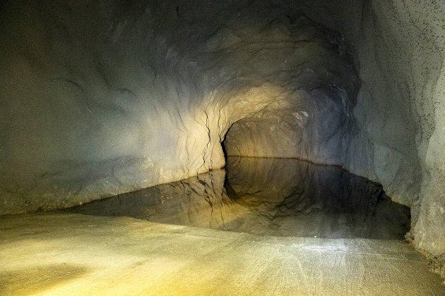 Her ser vi starten på tunnelen fylt med vann, som strekker seg over to tusen meter fra Mulen til Svartediket. Da BA var på befaring var det stummende mørkt helt innerst ved vannspeilet. Kun fotografens svært kreative bruk av blits og lommelykt gjør at vi kan se det veldig klare vannet tydelig på dette bildet.