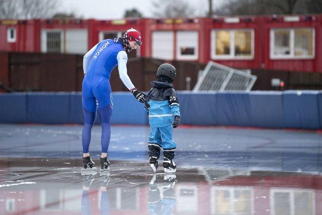 Szymon Kowalczyk (5) fra Kidsa Øvsttun får en hjelpende hånd av en verdensmester. Sverre Lunde Pedersen og de andre Fana-løperne ønsker seg bedre forhold på Slåtthaug.