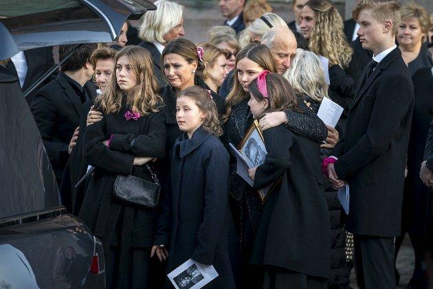 Etter bisettelsen ble Ari Behns båre kjørt bort foran Oslo domkirke. Foran hele nasjonen viste kongehuset sin åpenhjertige sorg.