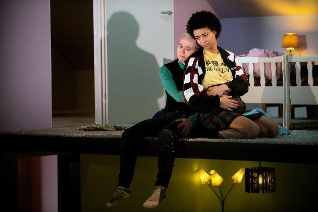 Det unge paret spilles av Kristian Berg Jåtten og Ameli Isungset Agbota.