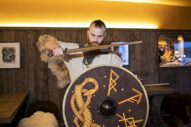 Julio Guiance fra Madrid serverer mjød på Valaskjalv på Bryggen. Restauranten har det største utvalget av denne gamle vikingdrikken i Bergen.