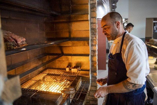 Lars Erik Hille er kjøttansvarlig på Damsgård restaurant. Biffene kommer fra Selheim på Voss og Folkedal i Hardanger. Damsgård har også sitt eget modningsrom for kjøttet.