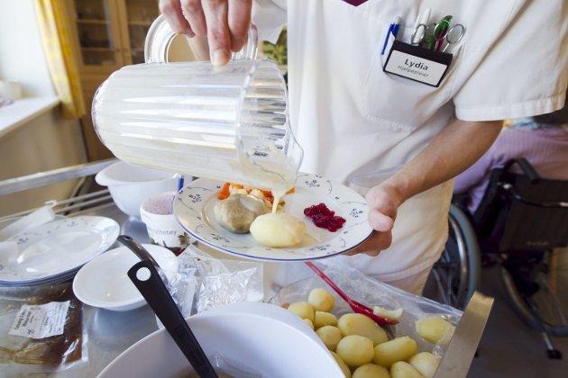– Jeg kan ikke forstå at politikerne vil vurdere å legge ned kjøkken på Kolstihagen og Lyngbøtunet. Illustrasjonsfoto: Heiko Junge/NTB