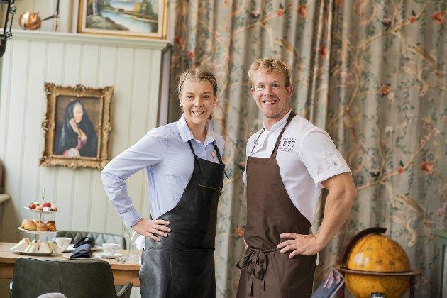 Kjøkkensjef Nikolas Carlsen og restaurantsjef Lovisa Bjælke serverer «Afternoon Tea» hver lørdag på Restaurant 1877.