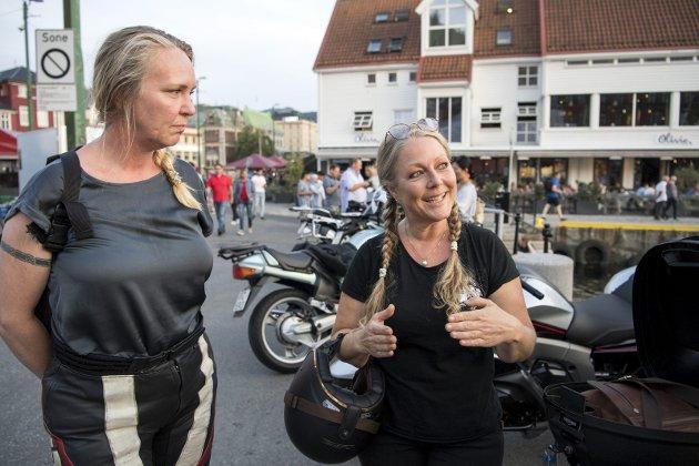 Anette Sundsbak og Eli Johanne Stene er medlemmer i Women's International Motorcycle Association (WIMA) og er glade for at flere kvinner velger å ta sertifikat på motorsykkel. De håper enda flere vil bli med. FOTO: ANDERS KJØLEN