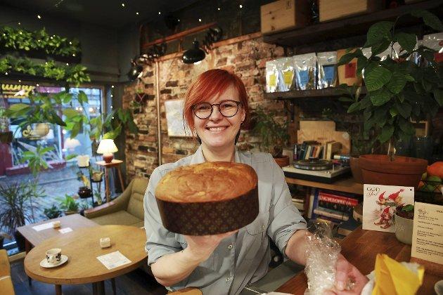 BAs matskribent oppfordrer til å handle lokalt – også nå i førjulstiden. Egle Stockute og Vågal er et av spisestedene som har holdt åpent under koronakrisen. Her viser hun en italiensk spesialitet – Panettone.