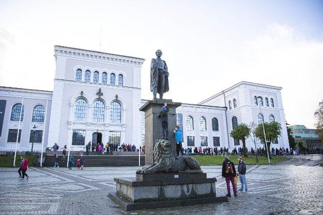 Statuen av stortingspresident og eidsvollsmannen Wilhelm Frimann Koren Christie (1778–1849) står på Muséplassen foran Bergen Museums naturhistoriske samlinger i Bergen. FOTO: EMIL WEATHERHEAD BREISTEIN