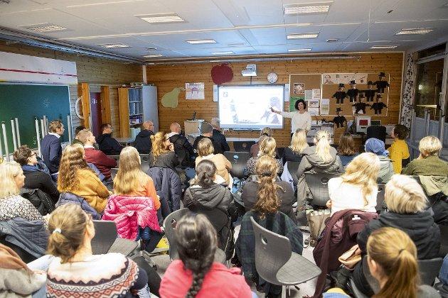 Barnevaktens Cecilie Bartnes veiledning i bruk av sosiale medier til foreldre ved Nygårdslien skole. FOTO: ANDERS KJØLEN