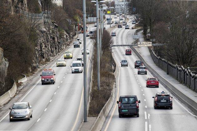 Torstein hisser seg opp over bilister som blir liggende til venstre. Illustrasjonsfoto: Eirik Hagesæter
