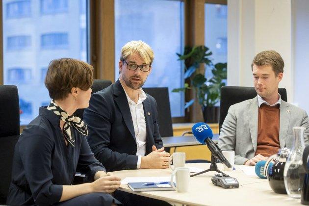 Byrådsleder Roger Valhammer (i midten), her fotografert sammen med avgått skolebyråd Linn Engø og «digitaliseringsbyråd» Erlend Horn (V), påpeker at det vil skje feil i digitaliseringsprosjekter også i fremtiden. Det er en oppsiktsvekkende defensiv holdning.