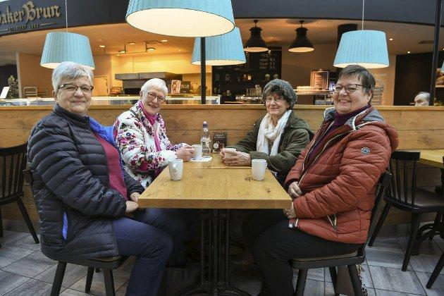 """Inger-Johanne Sachariassen, Bjørg S. Rasmussen, Karen Våge og Marianne Sivertsen trives på Sotra, men sier at de reiser til Bergen en gang i måneden for å få """"byluft""""."""