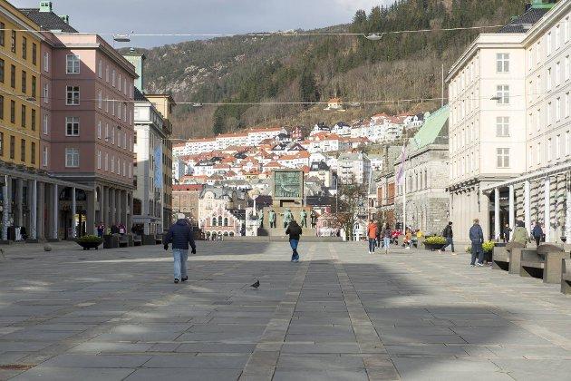 Nesten ingen mennesker er å se på Torgallmenningen, som normalt er byens travleste plass i helgene.