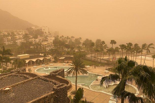 – Sandstormen som kalles «calima» skapte ikke bare trøbbel for de tusenvis på flyplassen. Også vi som ikke skulle hjem, fikk små sandkorn i øyne og luftveiene. Vi skjønte etter hvert at det ikke var trygt å gå ut. Og så kom koronaviruset. Da oppsto det er fellesskap jeg aldri hadde drømt om, skriver Finn Bjørn Tønder fra Gran Canaria. Foto: NTB/Scanpix