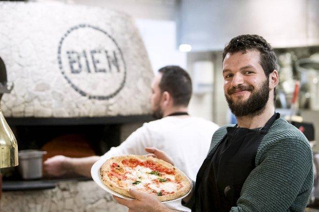 Bien Centro lager pizza etter tradisjon fra Napoli. Ammar Nasra har akkurat hentet ut denne klassiske Margheritaen fra vedovnen.