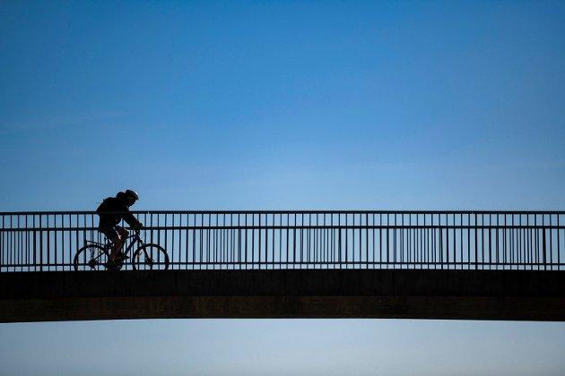 En enslig syklist på tur over gangbroen ved Krambua. FOTO: RUNE JOHANSEN