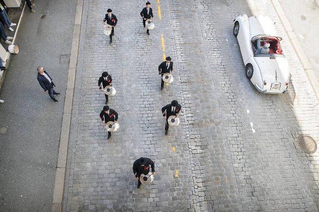 Slagerne fra Dræggens Buekorps i formasjon tilpasset smittevernreglene i det de marsjerer under Smørsbroen.