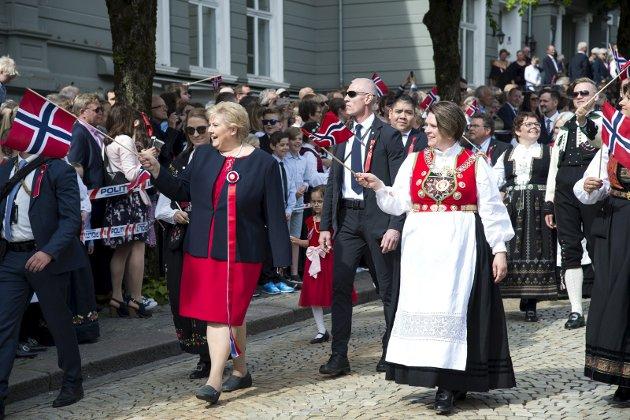 – 17. mai i Bergen er mangfoldig. Noen tradisjoner er hypermoderne. Andre er levninger fra en svunnen tid. Kanskje det kan komme endringer som gjør at det blir flere og mangfoldige tradisjoner, spør spaltisten. FOTO: ANDERS KJØLEN