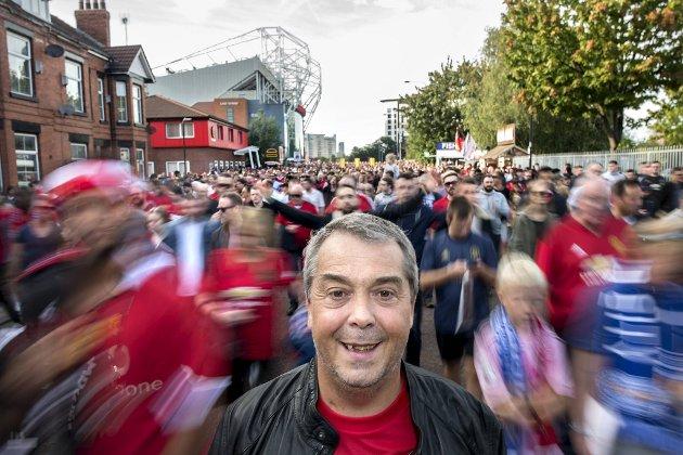 Etter over 40 år som supporter fikk Helge i september i fjor endelig se Manchester United spille på hjemmebane. Det hele endte med seier, latter, smil og en runde på puben i etterkant.