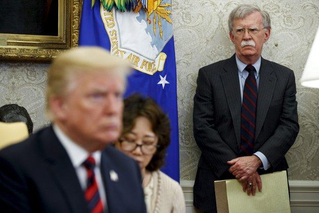 – Sannsynligvis vil det komme flere avsløringer de neste dagene som utfyller bildet av  Det hvite hus som et dysfunksjonelt galehus, bebodd av en mann som ikke aner hva han driver med. Men det er ikke sikkert det hindrer gjenvalg, skriver Chris Tvedt om boken  til Trumps tidligere sikkerthetsrådgiver, John Bolton (t.h),                               som ventes å ryste den amerikanske presidenten de kommende dagene. Foto: AP Photo