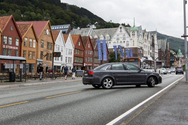 – Ingen vil kjøre i labyrinter. Da drar de heller til et kjøpesenter utenfor sentrum, skriver Trond Tystad og peker på at det er full forvirring om kjøremønster etter at Torget og Bryggen ble stengt for biltrafikk i sommer. FOTO: AGNIESZKA IWANSKA