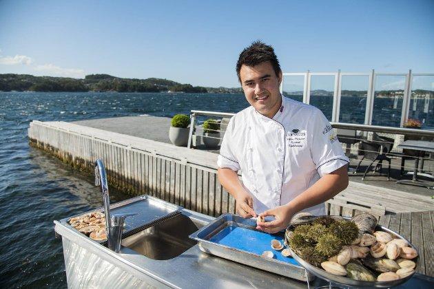 Håkon Vesetvik er kjøkkensjef på Cornelius Sjømatrestaurant. «Rå-bar» er blitt et populært konsept, der du får et lite foredrag av kjøkkensjefen med på kjøpet.