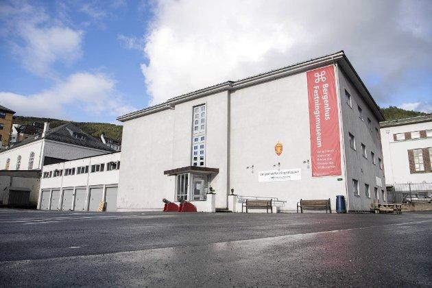 Forrige uke kom beskjeden om at Bergenhus festningsmuseum blir holdt stengt ut året. – Norge har i år hatt 75 år med fred, demokrati og velstand. En skulle tro vi hadde lært av fortidens feilgrep, skriver innleggsforfatteren. Foto: Anders Kjølen