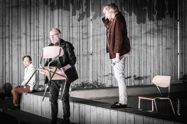 Marianne Nielsen (til venstre), Gerald Pettersen og Susann Bugge Kambestad er de tre skuespillerne på scenen i «De Urolige».
