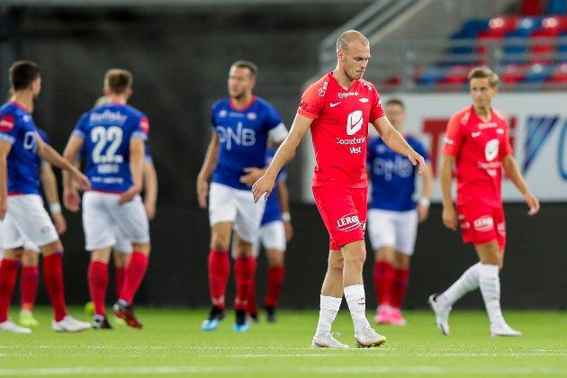 Branns Petter Strand depper under eliteseriekampen i fotball mellom Vålerenga og Brann på Intility stadion.