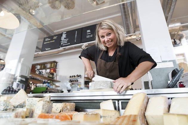 Anne Lise Strømmen er daglig leder ved Colonialen Fetevare der ost i mange utgaver er en av spesialitetene. Flere norske oster er populære blant kundene.
