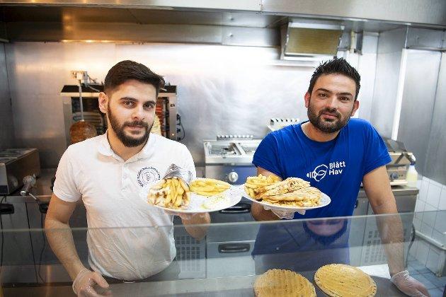 Kussai Abobakr (til venstre) eier Greek Gyros House – med retter som er blitt svært populære. Med seg har han sin kollega, Mohamed Hallak.