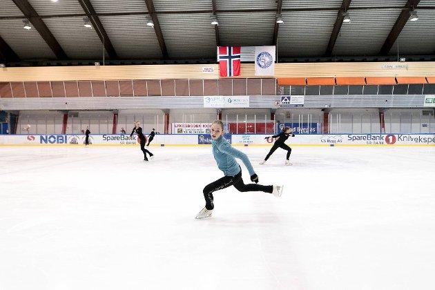 Ella Henriksen Loen (14) og klubbvenninnene i Bergen Kunstløpklubb har hatt mye alternativ trening de siste ukene, men i går kunne de omsider vende «hjem» til Bergenshallen. Der håper de å få trene som normalt i tiden som kommer.