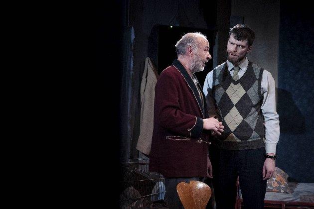 Uteliggeren Davies (Jon Ketil Johnsen) får hjelpe av den stillferdige Aston (Herman Ljung Opedal).