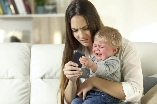 – Når toåringen din er blitt tolv og står foran deg flau og ydmyket over å ha funnet de 1165 bildene du har delt, hvordan kan du da lære dem om viktigheten av personvern og nettvett? spør småbarnsmoren. Illustrasjonsfoto: Shutterstock